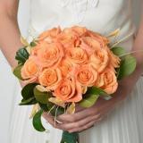 Ramo redondo de rosas naranjas con verdes