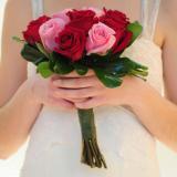 Ramo redondo mediano de rosas rosadas y rojas con follaje