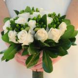 Ramos redondo de rosas blancas con verdes