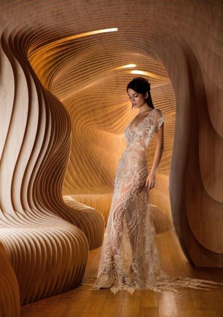 Vestido de tul integramente bordado con piedras y perlas. | Casamientos Online