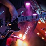 Triple B Covers el bajista en acción